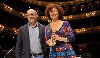 Iciar Bollain, directora de cine, con un premio del Festival de San Sebastián
