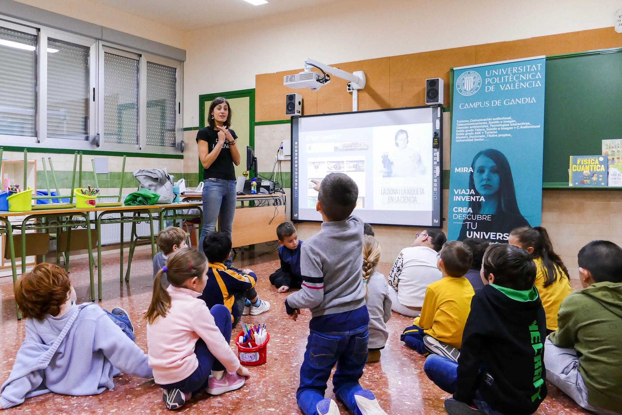 Isabel Pérez -Arjona, professora del campus, fent un taller